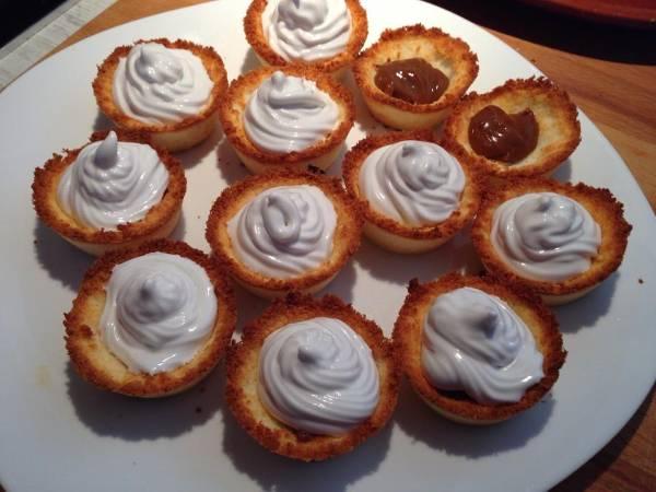 Canastas de coco con dulce de leche y merengue italiano