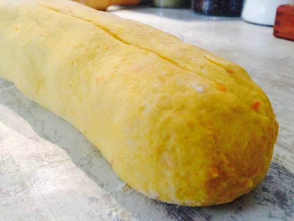 Bollo de zanahoria relleno de jamón y queso